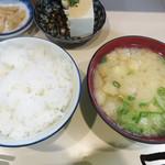44951727 - ご飯とお味噌汁。                       ご飯はおかわり無料です。                                              大根のお浸け物とお味噌汁が九州仕様の甘め味付けで美味しい。