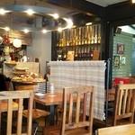 Meat & Bakery TAVERN - 店内 奥にオープンキッチンとパンビュッフェ