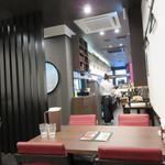 侑久上海 - お店に入ってすぐはカウンター席です。 今回はお店奥のテーブル席を利用しました。 いかにも中華店という雰囲気ではなく、洋風ダイニング店のようです。
