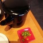 44957105 - 海鮮丼《竹》1260円の茶漬けの出汁、薬味