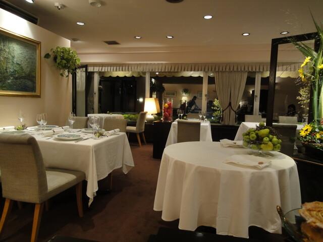 レストラン・モリエール - いかにもフレンチのお店的店内