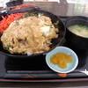 屋台村 あっちゃん亭 - 料理写真:かつ丼600円也。みそ汁付き。高菜漬けとしょうがは載せ放題。