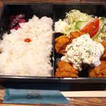 アワーギャング - タルタル唐揚げ定食(¥750)。小振りの唐揚げが6個、ハードな揚げ具合