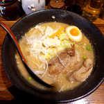 らうめん しんか - 角煮らうめん(¥980)。豚骨醤油スープに、豚角煮・煮卵・キャベツ等の野菜が入ります