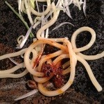 麺や すする - 麺に自家製ラー油を付けて。