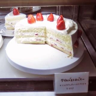 カンタベリーティーハウス - 料理写真:注文は、紅茶と一緒にケーキも! ウインドウに並んでいるケーキの中から選ぶようになっていて、 ボキはこちらのワイルドストロベリー。