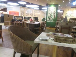 #602 CAFE&DINER 福岡ソラリアプラザ店 - 5時過ぎとあってまだ店内には余裕があり好きな席が選べましたがオジサン達は人気のソファー席に座る勇気がなくエスカレータ側の一番端の席に陣取って食事です。