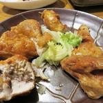 ぢどり屋 大和 - お店の人気メニューのひな鶏の唐揚げ。 おっぴろげの半身で来るかと思いきや、親切にバラしてありました。 シンプルな塩味で、とっても美味しい。