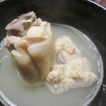 ぢどり屋 大和 - まずは、鶏肉とつくねを味わいます。 鶏肉はシコシコ、つくねは軟骨入りで歯応えがあります。