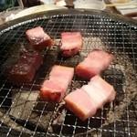 焼肉ロクマルBBQ - 桜チップのスモークベーコン