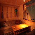 ブルー・ブランシュ - 半個室になっているソファ席はカップルにも大人気です