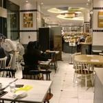ゴントラン シェリエ カフェ - 店内です。奥はパン屋さん(*´▽`*)