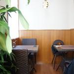 カフェしろくま - 奥まった2人掛けのテーブルに着きました