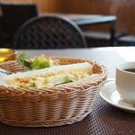 カフェしろくま - オーダーしたのは、ハーフのサンドイッチモーニングです、ドリンク代プラス150円でした