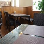 カフェしろくま - 座った席から見た店内、各テーブルが干渉しない配置になっています