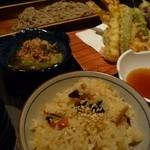44995172 - 炊き込みご飯と、蕎麦と天ぷら、小鉢