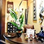 串の子 - 民芸店のような雰囲気の店内です。