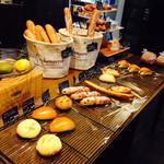 45002335 - レジ前の並んでるパン