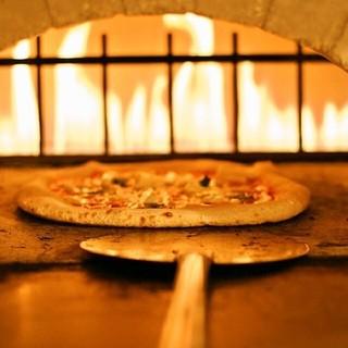 石窯で焼く本格ナポリピザ