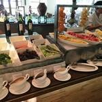 45006028 - サラダコーナー!新鮮な生野菜とフルーツがたっぷりです