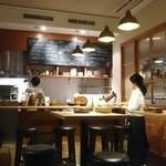 45009864 - カウンターでは料理している店長とも会話を楽しめるようです。