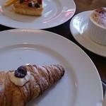 ピッツェリア キアッキェローネ - デザート三品…       特に手前のカンノーリ、大好きです♪