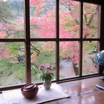 45012623 - 席前面の窓からは色づく木々が・・