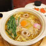 45013873 - 鍋焼きラーメン(¥550)。鶏ガラ醤油の優しいスープ、生卵に青ネギ、そして竹輪