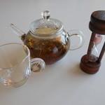 光琳 - ドリンク写真:中国茶はミニポットで。砂時計(3分計)で飲み頃がわかります
