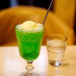 マヅラ喫茶店 - レトロなクリームソーダ♪330円。