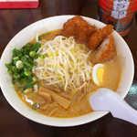 豚太郎 - 料理写真:みそかつラーメン(¥720)。たっぷりのもやし、その奥にカツが浮き沈み!