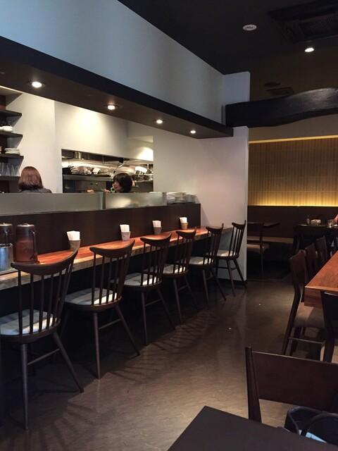 石釜 ベイクブレッド 茶房 タムタム - バーのような落ち着きのあるカウンター席