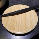 もつ福 - 取り皿が、回転寿司のプラスチック皿