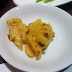 中国大明火鍋城 木の葉キッチン - 御飯に添えられた香の物はピリ辛のタケノコのお漬物でした。