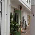45020756 - 外観:グリーンのドアと赤い店名ロゴが可愛い