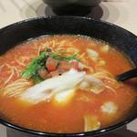 トマトラーメンと辛めん 三味 天神大名店 - トマトラーメン680円。