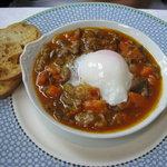 シェ・イノセ - 前菜:和牛のスジとごぼうのトマト煮 温泉卵添え