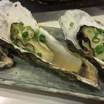 喜作 - 牡蠣も鉄板の上で焼いてもらえます