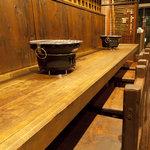 青山焼肉道場 - 2名様はカウンター席でゆっくりお楽しみ頂けます