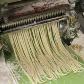 生麺フォーを製麺