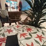 Bougnat Bougnat - オープンカフェになっている禁煙席のテーブル