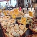 マカロニ市場 - ブランチでは食べ放題のパン