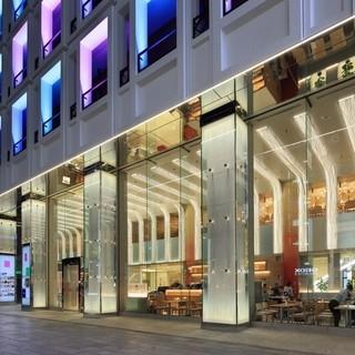 中央通り路面ガラスばりの開放的でおしゃれな店内空間。