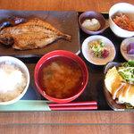 ひもの和助 - ランチセットは、胚芽米のご飯、おがず、小鉢、お味噌汁、お漬物、一口デザート(日替りメニュー)
