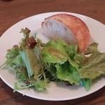 イタリアンバル アドマーニ - 魚介のチーズグラタン(サラダ+フォカッチャ)