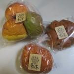 麦の木 - 料理写真:私は並んだパンの中からこの日も全部で3種類のパンを選んで買って帰りました。
