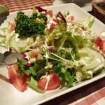 カプリ - 山盛りの新鮮サラダ
