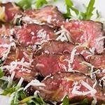 イルコルティーレ - 黒毛和牛もも肉のタリアータ ルーコラのサラダとパルミジャーノ 人気の炭火焼で!その日お勧めの九州和牛を使用します。