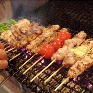 備長炭でじっくりと焼き上げるジューシーな串焼きが人気