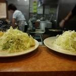 とん金 - 慌ただしい厨房とフロア、メンチと生姜焼きを今か今かとスタンバってる皿達